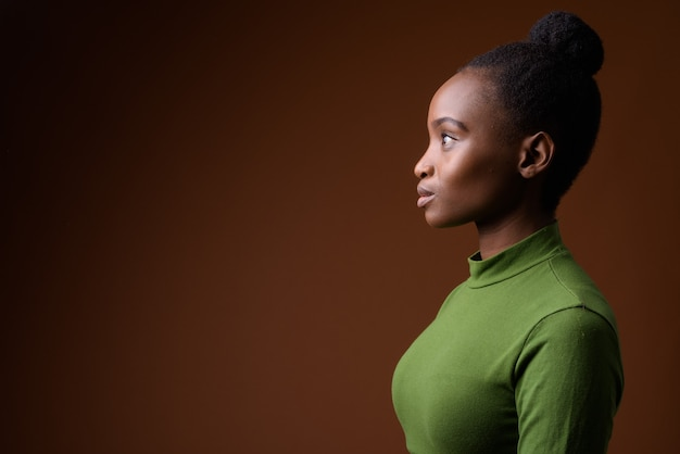 Retrato da vista de perfil de uma jovem empresária zulu africana