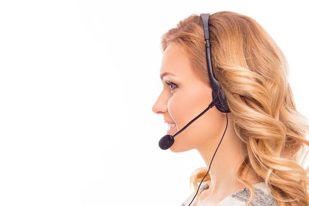 Retrato da vista lateral da bela agente do call center