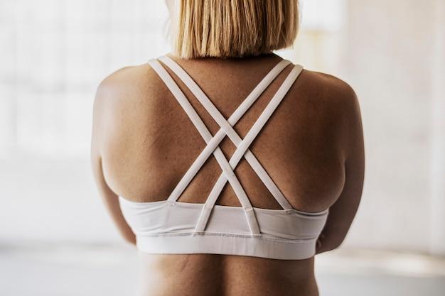 Retrato da vista traseira de mulher esportiva em um estúdio