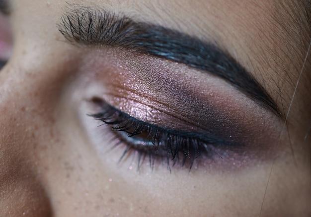 Retrato da zona de olho de mulher jovem e bonita compõem
