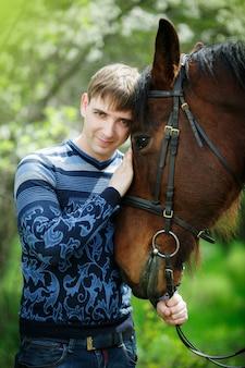 Retrato, de, a, homem, perto, um, cavalo marrom