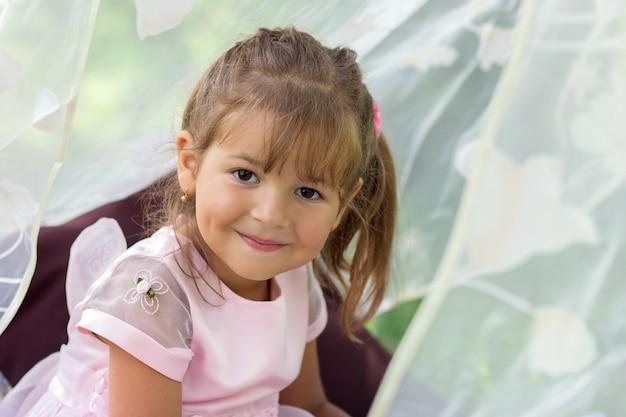 Retrato, de, a, menina sorridente, com, olhos marrons