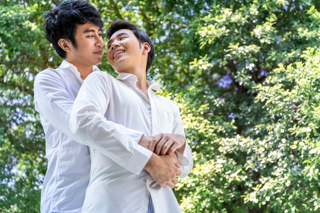 Retrato de abraço de casal homossexual asiático e doce momento de amor