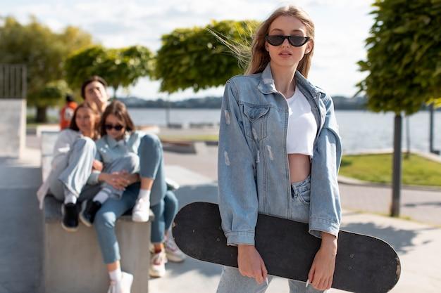 Retrato de adolescente ao lado de seus amigos