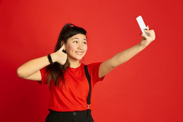 Retrato de adolescente asiático isolado