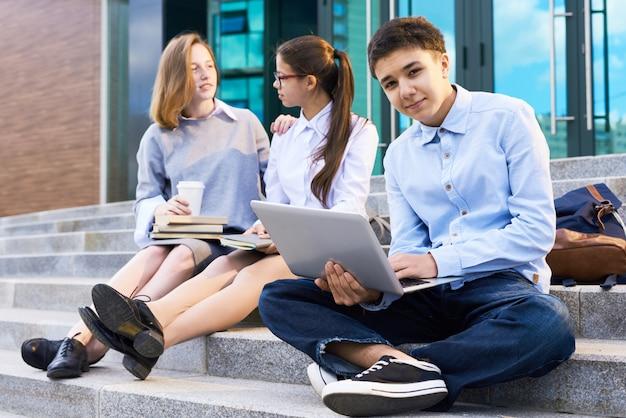 Retrato de adolescente com laptop