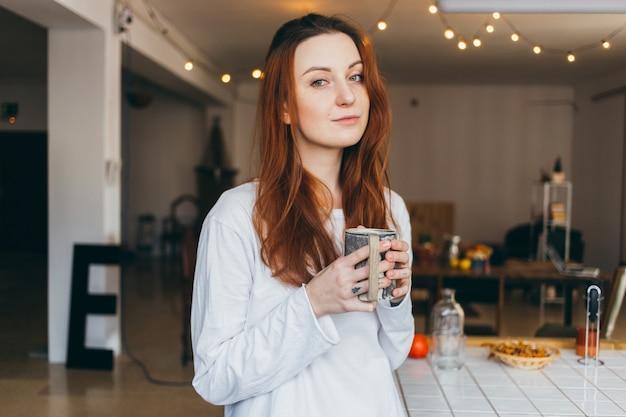 Retrato de adolescente fofo e lindo tomando café