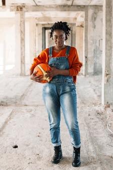 Retrato de adolescente posando com bola de basquete