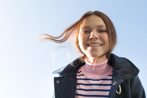 Retrato de adolescente sorridente feliz no casaco