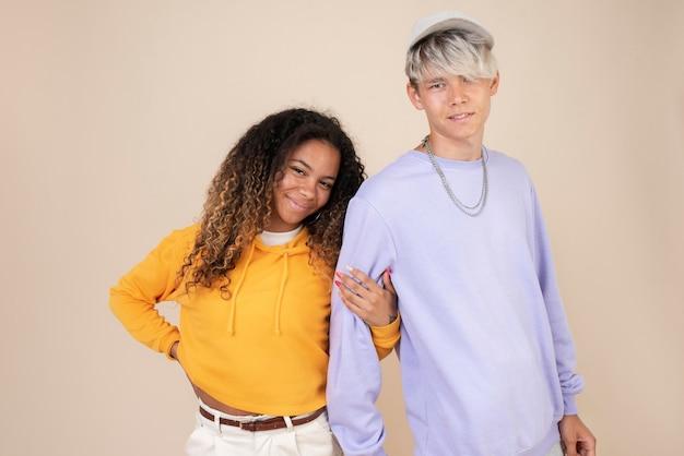 Retrato de adolescentes posando juntos
