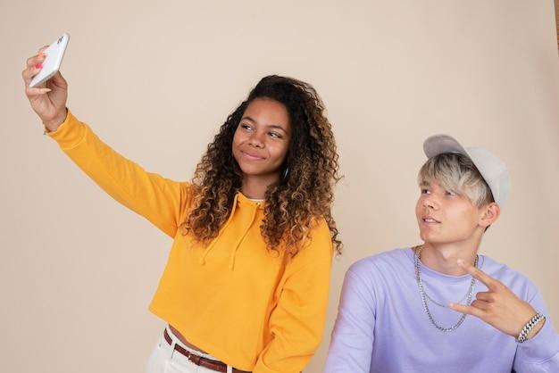 Retrato de adolescentes tirando uma selfie juntos