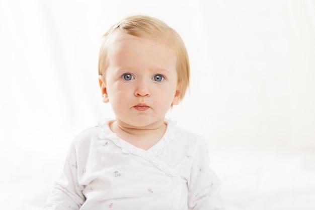 Retrato de adorável bebê caucasiano
