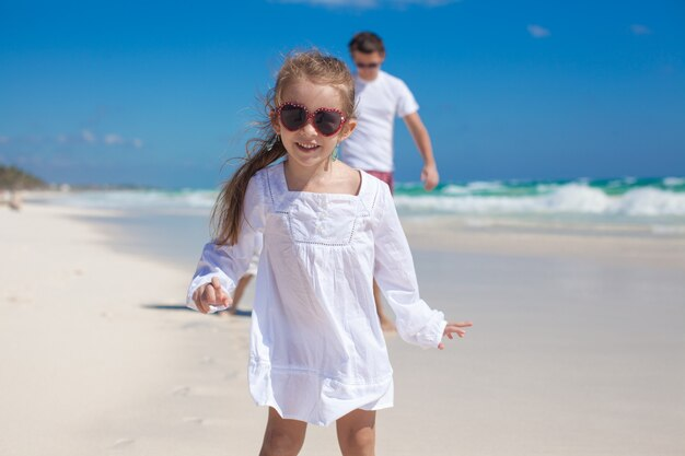 Retrato, de, adorável, menina, e, seu, pai, com, irmã pequena, em, praia tropical