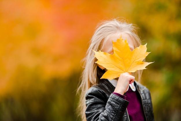 Retrato, de, adorável, menininha, com, amarela sai, buquet, em, outono, ligado, scooter