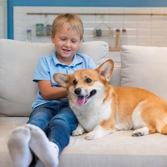 Retrato de adorável menino com cachorro