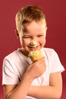 Retrato de adorável menino comendo sorvete