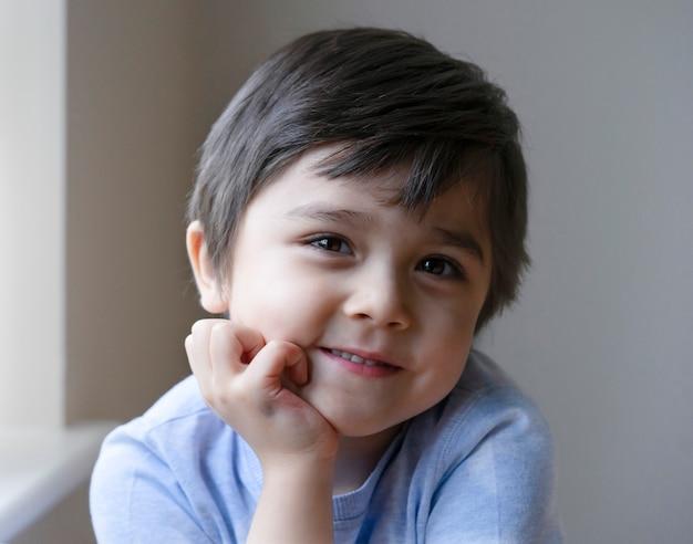 Retrato, de, adorável, menino sentando, sozinha, e, olhando câmera, com, face sorridente