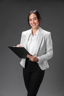 Retrato de advogado feminino em terno formal com prancheta