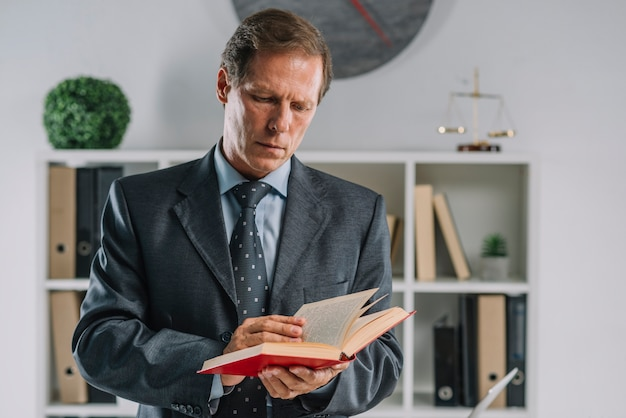 Retrato, de, advogado maduro, livro leitura, em, a, courtroom