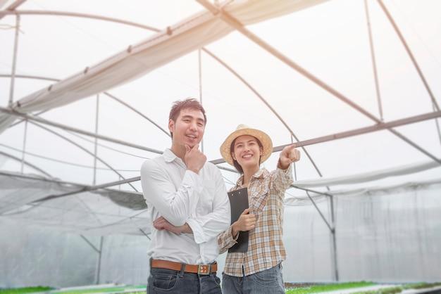 Retrato de agricultor de mulher asiática de felicidade e homem de negócios asiáticos em posição de sucesso