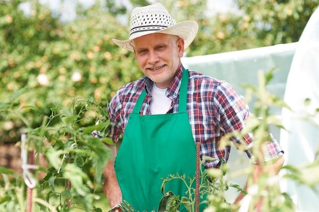 Retrato de agricultor no campo