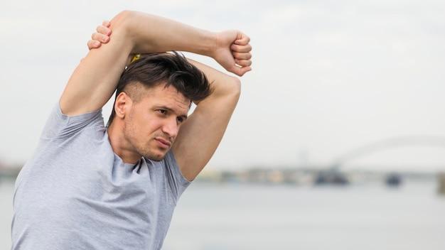 Retrato de ajuste masculino alongamento ao ar livre