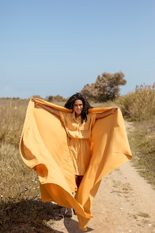 Retrato, de, alegre, mulher, com, pano amarelo, em, natureza