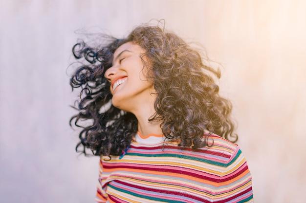 Retrato, de, alegre, mulher jovem