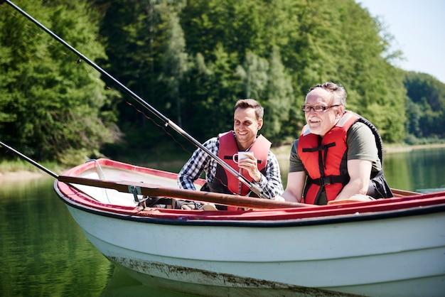Retrato de alegres pescadores em um barco