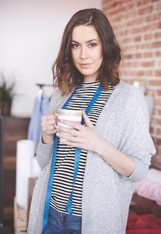 Retrato de alfaiate segurando café