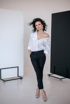 Retrato de alta moda de jovem elegante posando