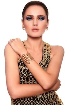 Retrato de alta moda look.glamor do modelo sexy caucasiano mulher jovem e bonita elegante com lábio suculento e maquiagem brilhante