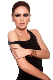 Retrato de alta moda look.glamor do modelo sexy caucasiano mulher jovem e bonita elegante com lábios suculentos