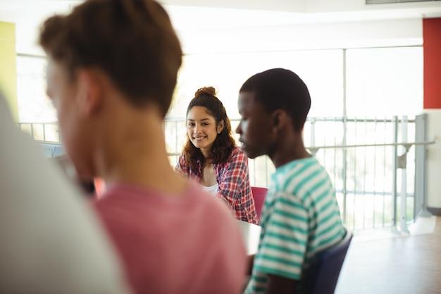 Retrato de aluno em sala de aula