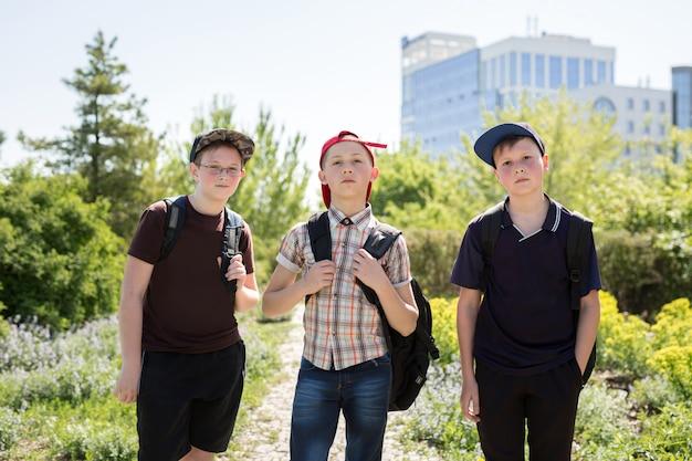 Retrato de alunos felizes
