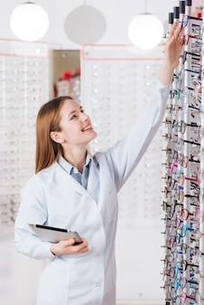Retrato, de, amigável, femininas, optometrist, com, tabuleta