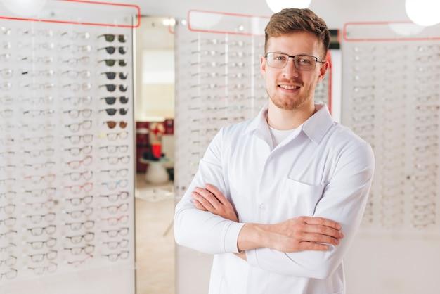 Retrato, de, amigável, optometrist masculino