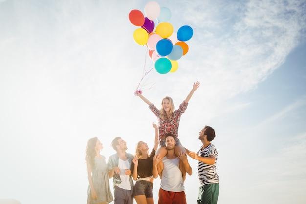 Retrato, de, amigos, segurando balão