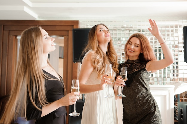 Retrato de amigos sorridentes segurando a taça de champanhe
