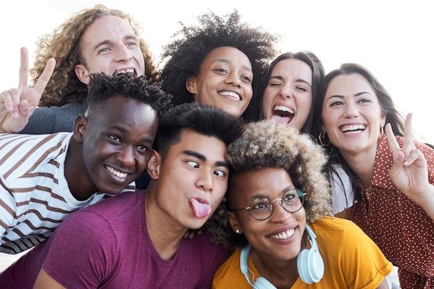 Retrato de amigos tira uma foto com um telefone celular. conceito multiétnico, selfie, amizade, faça o papel de bobo.