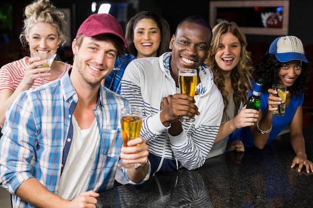 Retrato de amigos tomando uma bebida