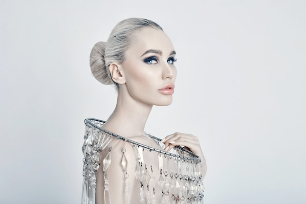 Retrato de arte moda de colar grande brilhante loira