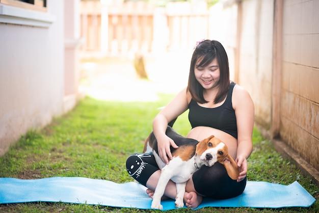 Retrato, de, ásia, mulher grávida, com, dela, cachorro beagle