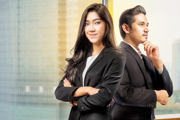 Retrato, de, asiático, executiva, e, homem negócios fica, costas, para, costas