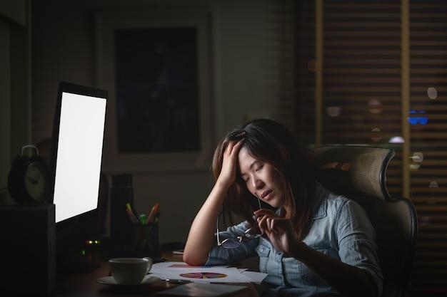 Retrato, de, asiático, executiva, sentando, e, trabalhando duro, tabela, com, frente, de, comput