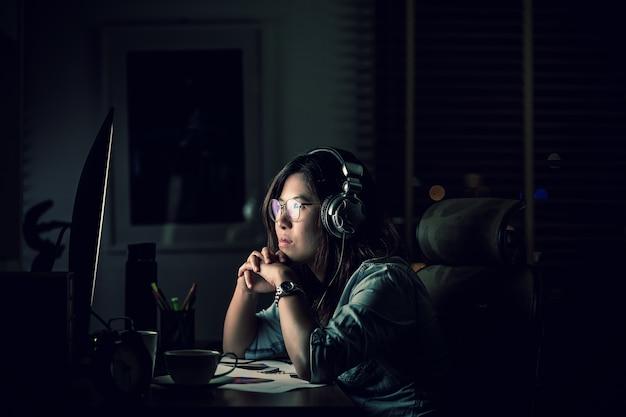 Retrato, de, asiático, executiva, sentando, e, trabalhando duro, tabela
