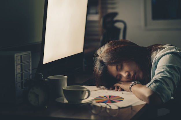 Retrato, de, asiático, executiva, trabalhando duro, e, dormir, tabela
