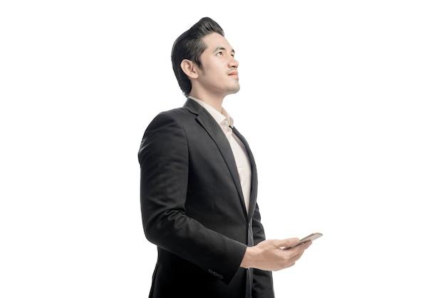 Retrato, de, asiático, homem negócios, olhar, e, segurando, a, telefone móvel
