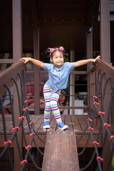 Retrato, de, asiático, menininha, ligado, a, ponte, em, a, pátio recreio