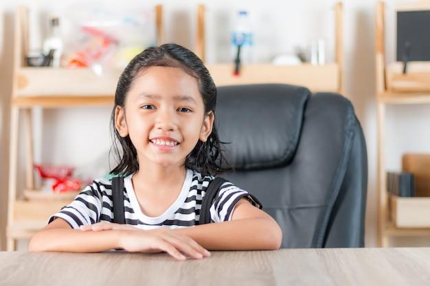 Retrato, de, asiático, menininha, sentando, em, tabela madeira